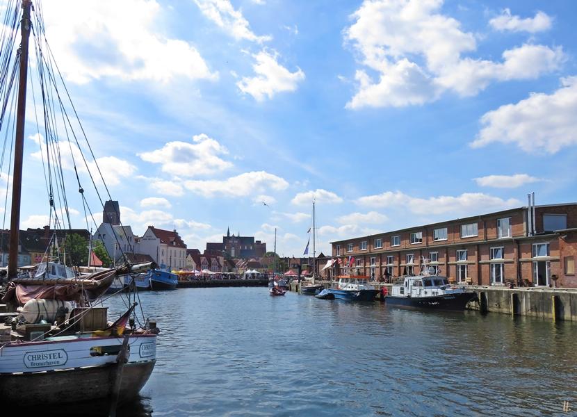 2018-08-18 spätvormittags, WISMAR, Alter Hafen, zu Lande - Blick über das Wasser auf die Altstadt